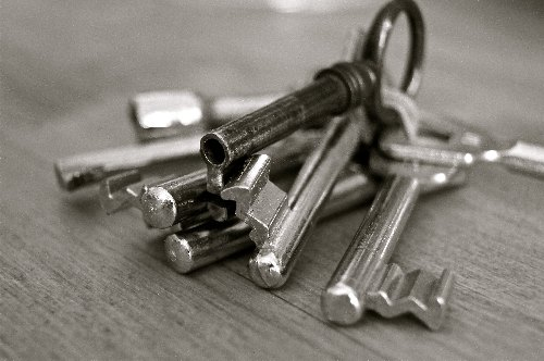 black-and-white-bunch-of-keys-closeup-67609